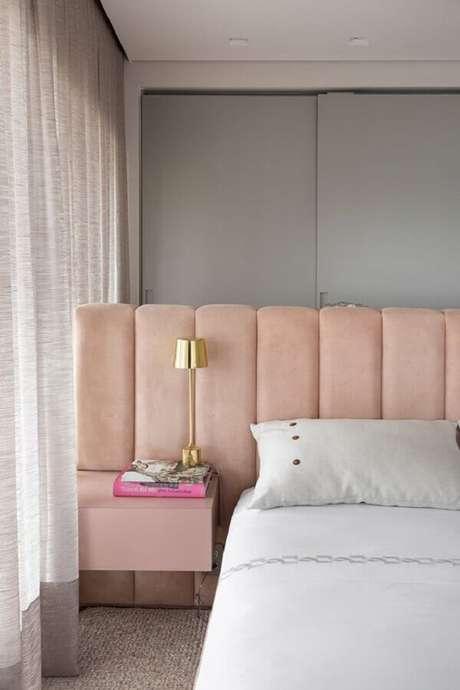 3. Decoração moderna com cabeceira casal rose com criado mudo embutido – Foto: Casa de Valentina