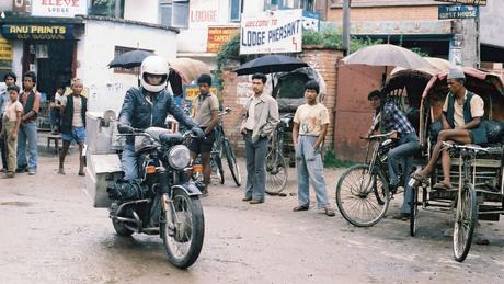 Beard com sua moto BMW R 60/6 em Katmandu, capital do Nepal: aventura solitária.