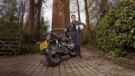 Atualmente, a aventureira possui uma motocicleta BMW R 80 GS Basic modelo 1998.