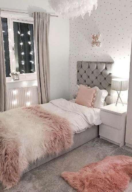 2. Quarto cinza e rosa decorado com cabeceira solteiro estofada capitonê – Foto: HomeDecor