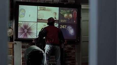 PREVISÕES QUE DERAM CERTO: As TVs de tela plana já são uma realidade para muitas pessoas há algum tempo - no filme, elas também eram comuns.