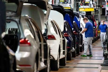 Linha de produção da Volkswagen é retomada após quarentena em Wolfsburg, Alemanha 27/04/2020 Swen Pfoertner/via pool via REUTERS