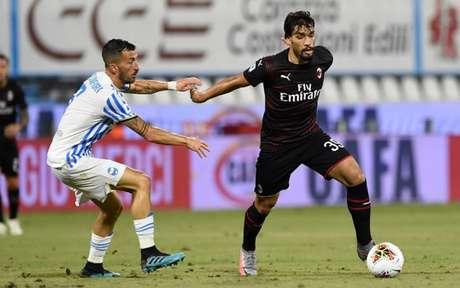 Com gol contra deVicari, Milan consegue um empate com o SPAL e perde a chance de encostar no Napoli(Foto: AFP)