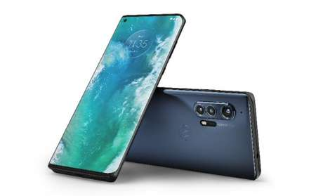 """Com um conceito premium, o Motorola Edge+ é o primeiro a ter compatibilidade com a tecnologia 5G no Brasil e possui uma tela sensível ao toque que """"transborda"""" para as duas laterais"""