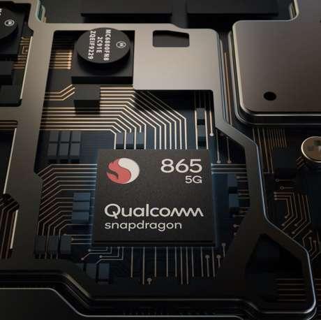 O processador Snapdragon 865, da empresa Qualcomm, que é capaz de realizar 15 trilhões de operações por segundo