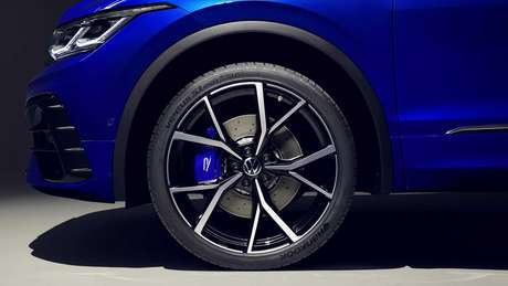 Tiguan R tem lindas rodas esportivas, grandes discos de freio e pinças azuis.