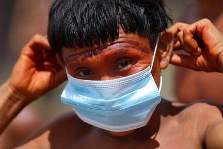 Indígena do povo ianomâmi segura máscara de proteção em Alto Alegre, Roraima 01/07/2020 REUTERS/Adriano Machado