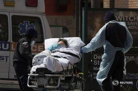 Paciente é carregado em maca. 07/04/2020. REUTERS/Stefan Jeremiah.