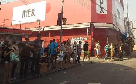 Populares circulam por Madureira, bairro da zona norte do Rio, na manhã desta quinta (2/7)