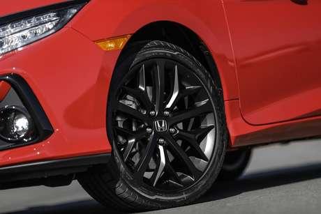 """Novas rodas de 18"""" em preto fosco com pneus 235/40."""