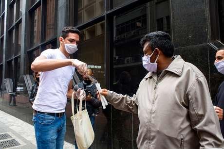 Agentes distribuem máscaras durante Blitz de conscientização e verificação do uso do acessório, na região central de São Paulo