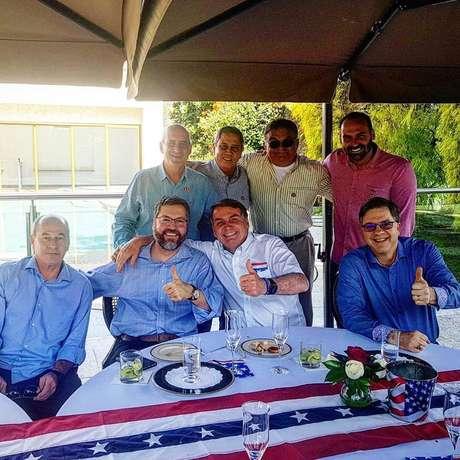 Presidente Bolsonaro ao lado do filho Eduardo e de ministros na comemoração da independência dos EUA