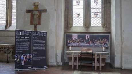 """Quadro foi colocado no Altar dos Perseguidos, na parte norte da catedral; objetivo da igreja é convidar as pessoas a """"olhar com olhos renovados para algo que você pensa que já conhece""""."""