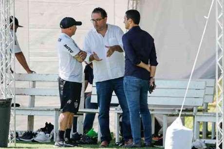 Alexandre Mattos está atendendo os pedidos de Jorge Sampaoli, contratando vários jogadores que até agora totalizaram R$ 85 milhões em gastos, com a ajuda de parceiros-(Bruno Cantini/Atlético-MG)