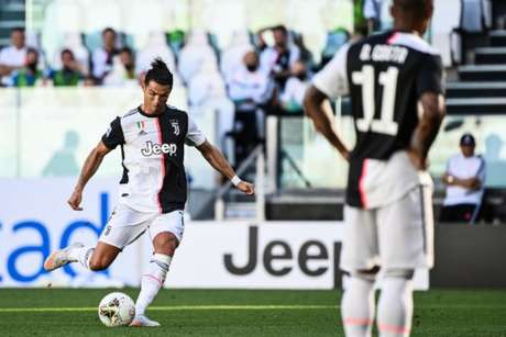 Cristiano Ronaldo marcou um belo gol de falta (Foto: MARCO BERTORELLO / AFP)