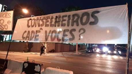 Torcedores do Corinthians protestaram contra conselheiros e diretores do clube neste sábado (Foto: Reprodução)