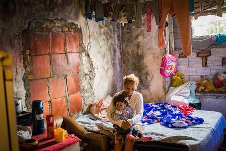 Alessandra mora em uma ocupação irregular conhecida como Castelo, na Radial Leste, onde já moram 20 famílias