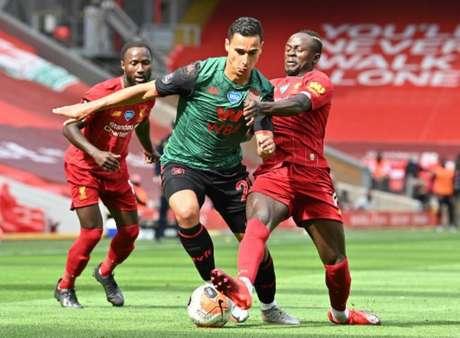 Liverpool e Aston Villa fizeram partida equilibrada até a reta final do segundo tempo (PAUL ELLIS/AFP)