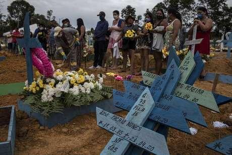 Funeral coletivo em cemitério de Manaus
