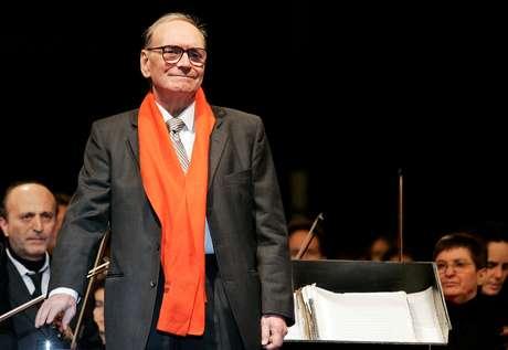Ennio Morricone conduz orquestra durante concerto em Milão 16/12/2006 REUTERS/Alessandro Garofalo