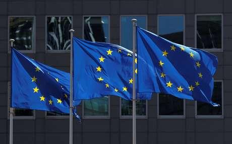 Bandeiras da União Europeia tremulam do lado de fora da sede da Comissão Europeia em Bruxelas, Bélgica, em 25 de junho de 2020. REUTERS/Yves Herman