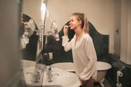 Apertar os dentes durante o exercício físico Na prática de esportes, temos a tendência de encostar os dentes ao fazer força e levantamento de peso. E isso pode ser muito prejudicial tanto para seus dentes quanto para seu corpo. O bruxismo no esporte pode causar fratura de dentes, sensibilidade excessiva, dores em região de cabeça, bochecha, pescoço, nuca e ombros. Se deseja cuidar da sua saúde e não prejudicar sua performance, é necessário procurar um dentista para avaliar a necessidade de uso de protetores bucais e placas estabilizadoras para prática de esportes de forma segura.