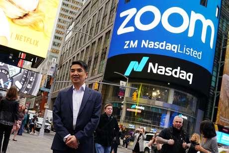 Eric Yuan, presidente da Zoom Video, posa para foto após cerimônia de estreia das ações da companhia na Nasdaq. 18/4/2019.   REUTERS/Carlo Allegri