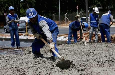 Trabalhadores utilizam cimento em obra em Belo Horizonte (MG)  06/03/2012 REUTERS/Washington Alves