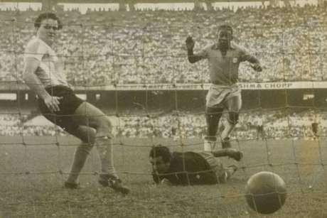 Pelé fez o único gol brasileiro em derrota por 2 a 1 (Foto: Reprodução/Arquivo Nacional)