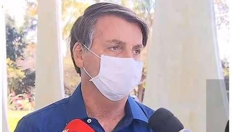 A jornalistas, nesta terça-feira (7), o presidente afirmou que teve os primeiros sintomas no domingo (5). Bolsonaro disse que chegou a ter 38 graus de febre na segunda-feira (6).