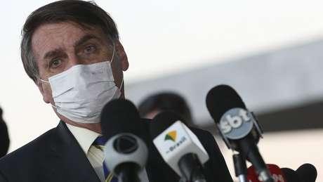 Na transmissão publicada nesta terça-feira no Facebook, Bolsonaro diz que estava tomando sua terceira dose de hidroxicloroquina