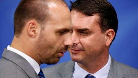 Entre os operadores de rede de conteúdo falso estavam servidores dos gabinetes de Eduardo Bolsonaro (PSL-SP; na foto, à esquerda) e Flávio Bolsonaro (Republicanos-RJ)