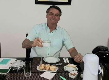 O presidente Jair Bolsonaro em foto divulgada em rede social um dia após divulgar que está com covid-19