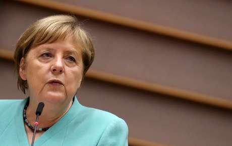 A chanceler alemã, Angela Merkel, discursa em sessão plenária no Parlamento Europeu em Bruxelas, Bélgica, em 8 de julho de 2020. REUTERS/Yves Herman