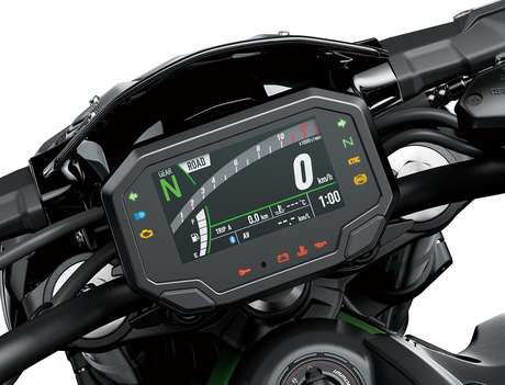 Painel da Kawasaki 900 traz inúmeras informações digitais para o piloto.