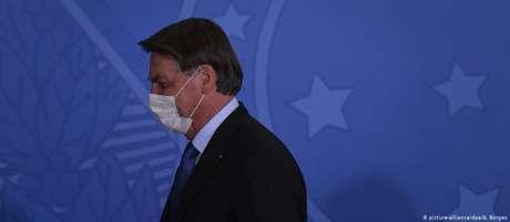 """""""Bolsonaro presume que não ficará tão doente e usará isso para demonstrar que covid-19 não é grande ameaça"""", diz analista"""