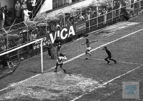 Pelé marcou oito gols em uma partida, em 1964 (Foto: Antonio Lucio/Acervo Pessoal)