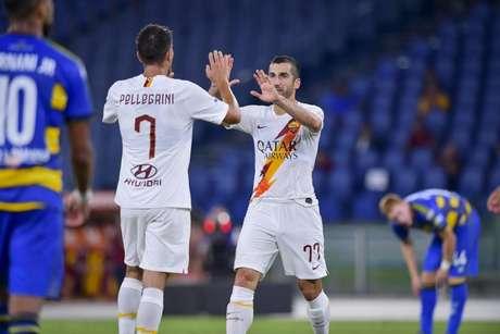 Mkhitaryan, melhor em campo, comemora a vitória com Pellegrini (Foto: Divulgação / Roma)