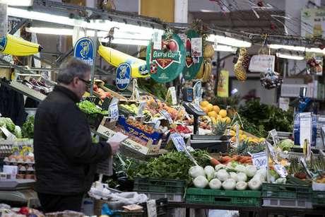 Italiano fazendo compras em supermercado de Roma