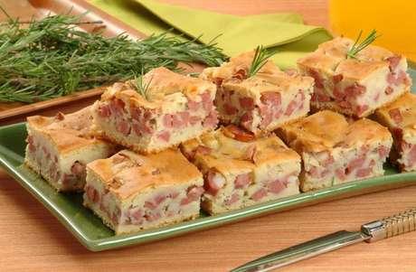 Guia da Cozinha - 7 Receitas de torta de calabresa que unem praticidade e muito sabor