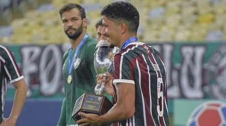 Yuri Lima com o troféu da Taça Rio (Foto: Divulgação/Instagram)