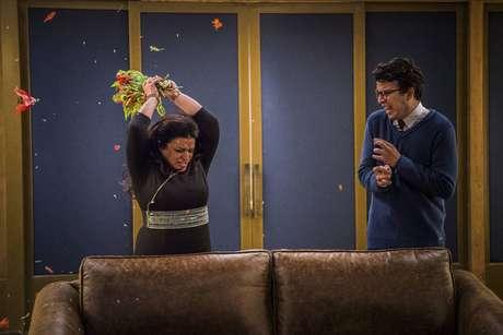 Johnnas Oliva (Enéas) em cena com Grace Gianoukas (Teodora) em 'Haja Coração'