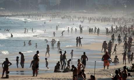 Pessoas aproveitam praia no Rio de Janeiro, apesar de proibição durante a pandemia de Covid-19 21/06/2020 REUTERS/Ricardo Moraes