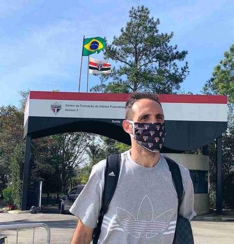 Juanfran na chegada do São Paulo ao CT de Cotia. Jogadores foram em seus carros (Foto: Divulgação/São Paulo)