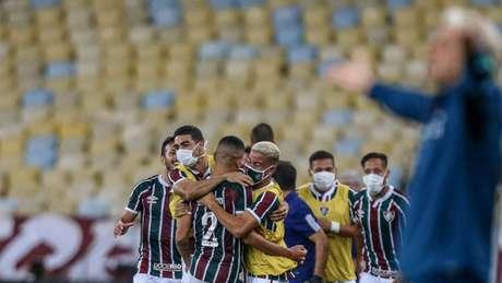 Jogadores do Fluminense comemoram em clássico diante do Flamengo (Foto: LUCAS MERÇON / FLUMINENSE)