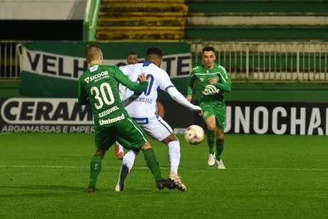 Ezequiel jogador do Chapecoense disputa lance com Vinícius Junior jogador do Avaí durante partida no estádio Arena Conda pelo campeonato Catarinense 2020. 08/07/2020