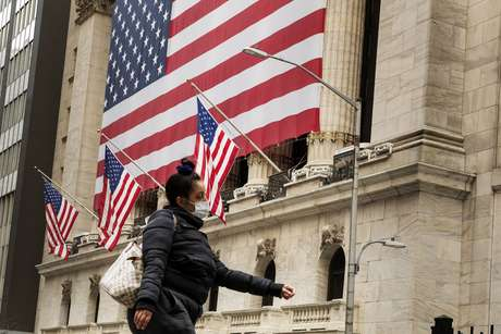 Pedestre com máscara passa pelo prédio da Bolsa de Valores de Nova York (NYSE) em Nova York, EUA, em 18 de março de 2020. REUTERS/Lucas Jackson