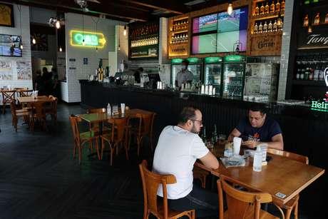 Consumidores em um restaurante na cidade de São Paulo. 06/07/2020. REUTERS/Amanda Perobelli.