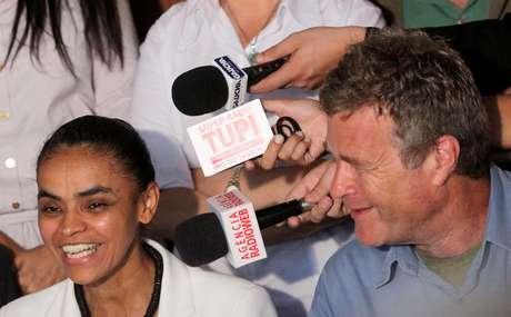 Alfredo Sirkis, ao lado da ex-candidata à presidente da República, Marina Silva.  13/10/2010. REUTERS/Ricardo Moraes
