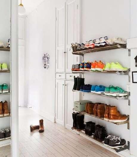 1. A sapateira fixada na parede é uma ótima alternativa para organizar sapatos em espaços pequenos. Fonte: Pinterest